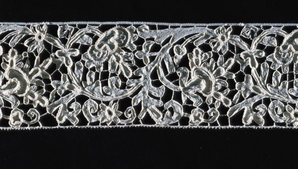 FITTED RELIEF LACE