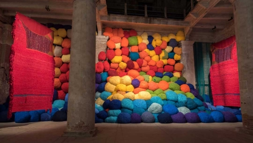 Sheila Hicks, Escalade Beyond Chromatic Lands, 2017 Installationsansicht, Arsenale, Venice Biennale © Christobal Zanartu