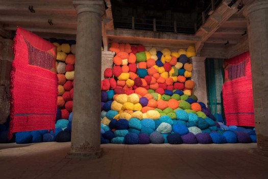 Sheila Hicks, Escalade Beyond Chromatic Lands, 2017Installationsansicht, Arsenale, Venice Biennale© Christobal Zanartu